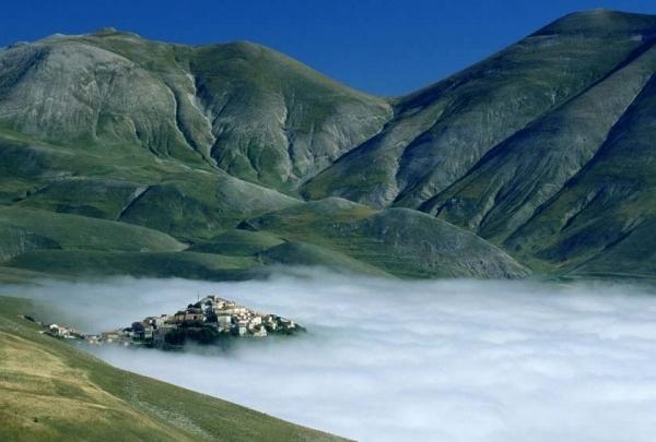 46-castelluccio-nebbia.jpg